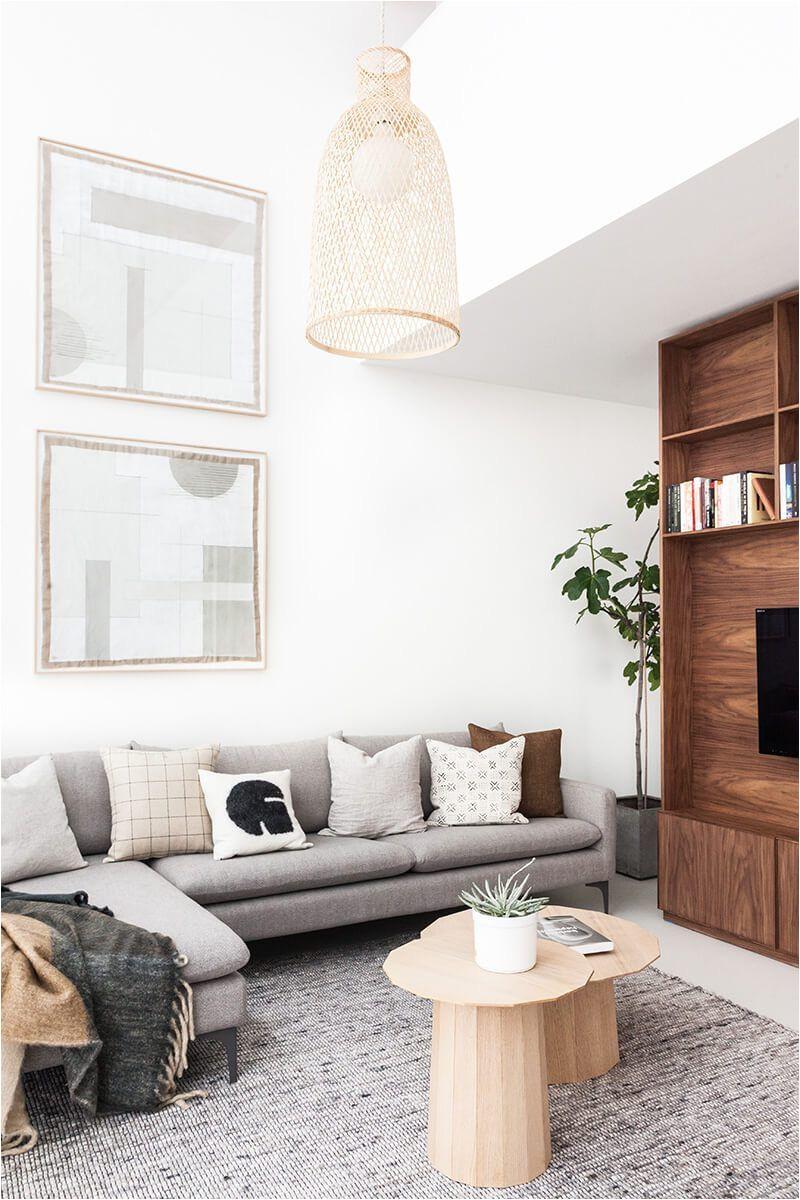 sala de estar com tapete cinza sofa cinza piso branco grandes janelas