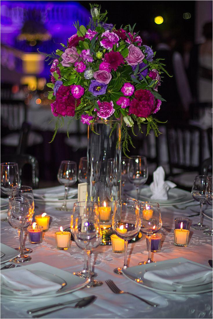centro de mesa boda flor morada cilindro de cristal en base de espejo redondo con