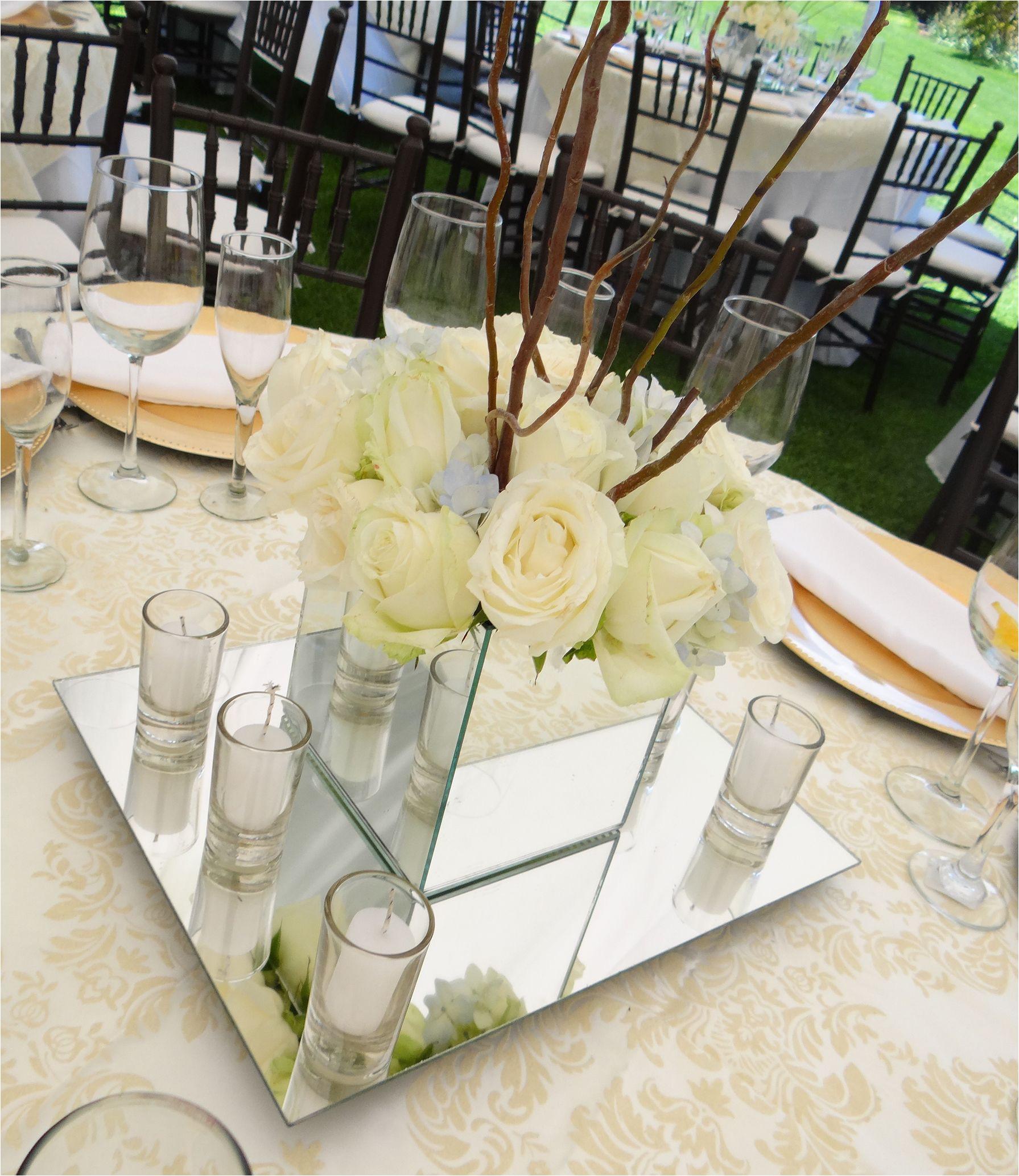 centro de mesa rosas elegante centro de mesa de rosas sobre una base de espejos y acompaa ado por seis velas en vaso de cristal caractera sticas elegante