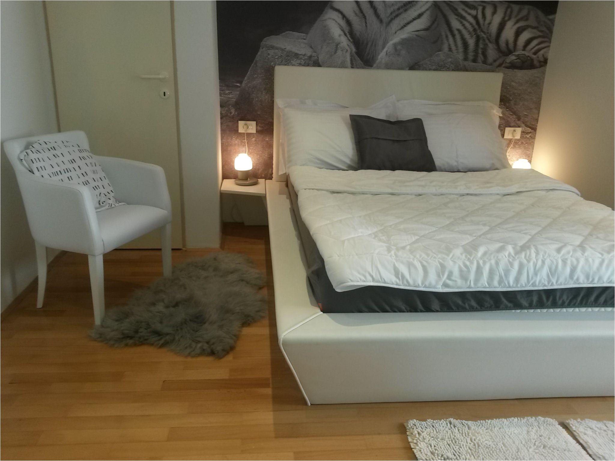 apartman je udaljen 200 m od plaze ima 2 sobe 2 kupatila malu