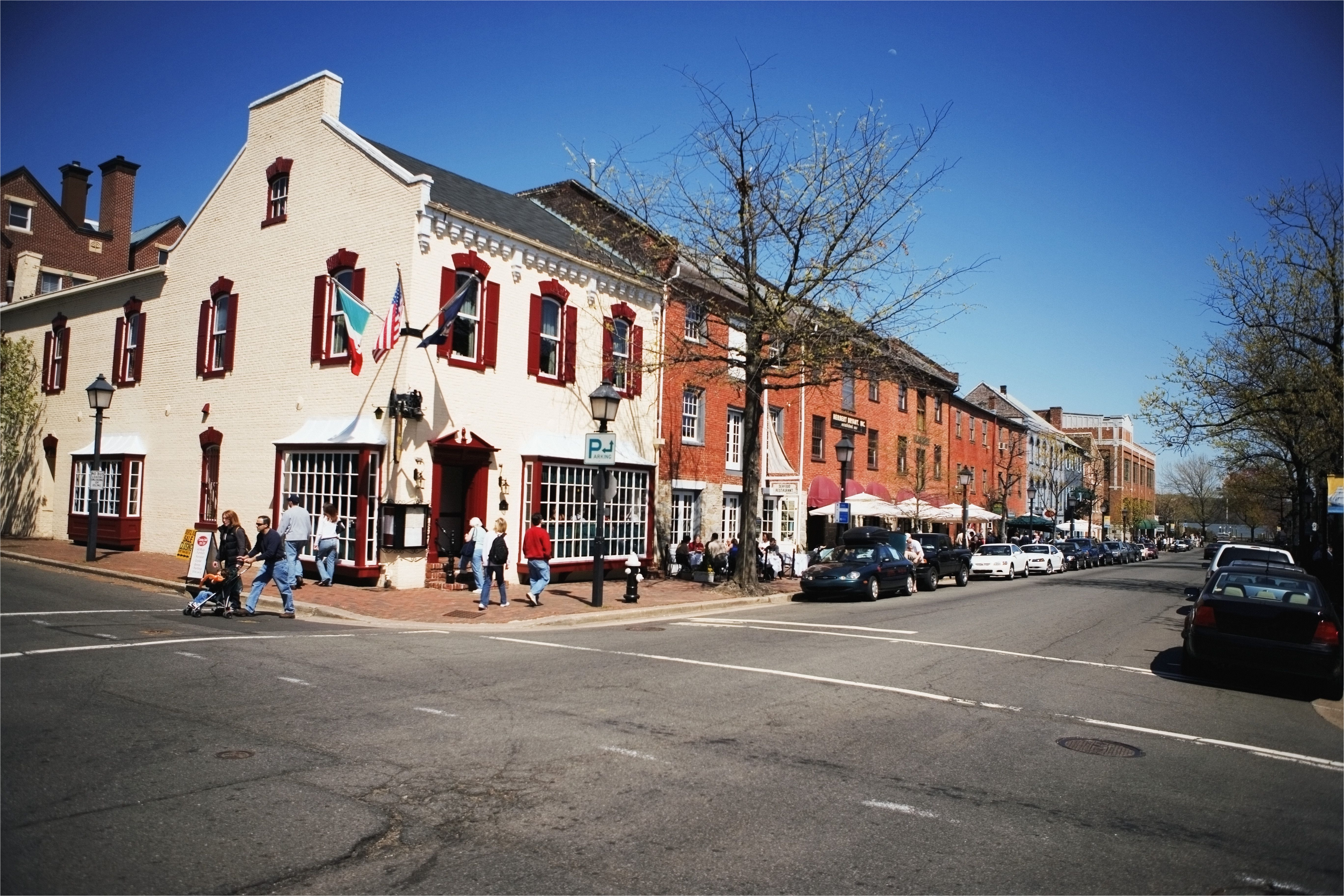 building along the street old town alexandria virginia usa 56808656 5c33a3024cedfd0001ac3048 jpg