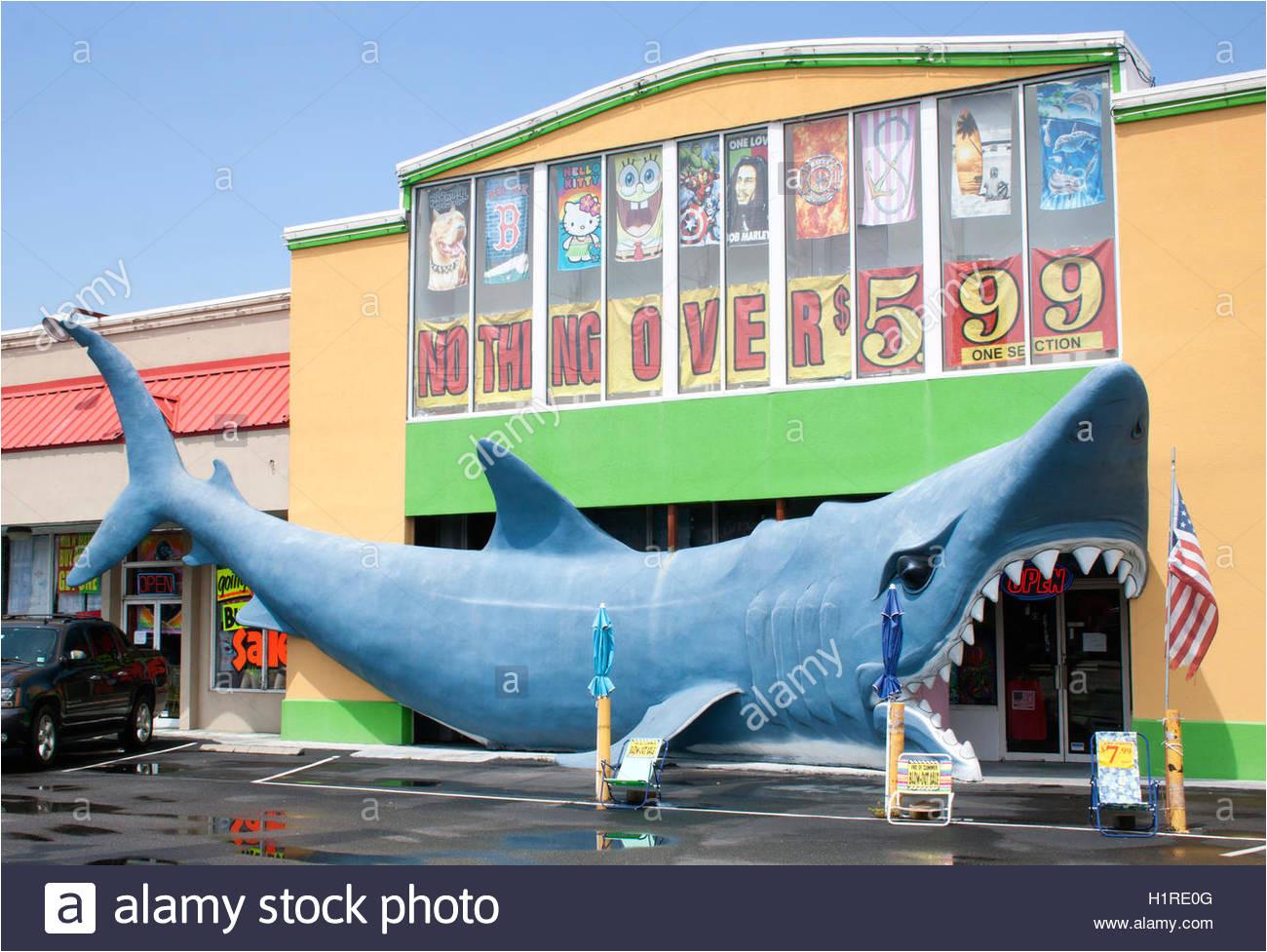 riesiger hai eingang in einem geschaft im myrtle beach south carolina stockbild