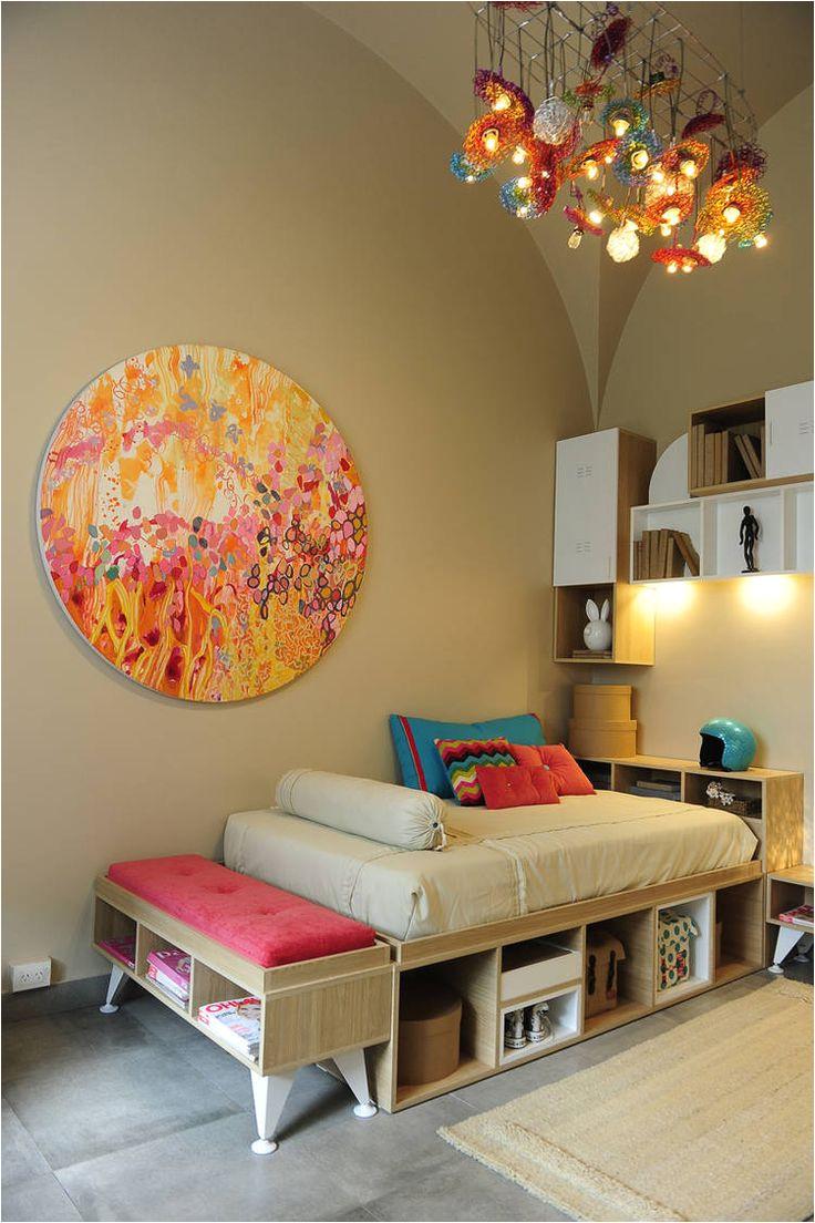 dormitorio para una joven cama con espacio de guardado y banqueta a los pies