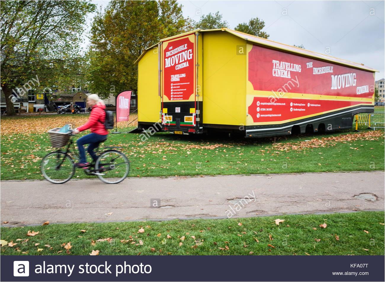 die unglaubliche mobiles kino im zentrum von cambridge fur die cambridge film festival stockbild