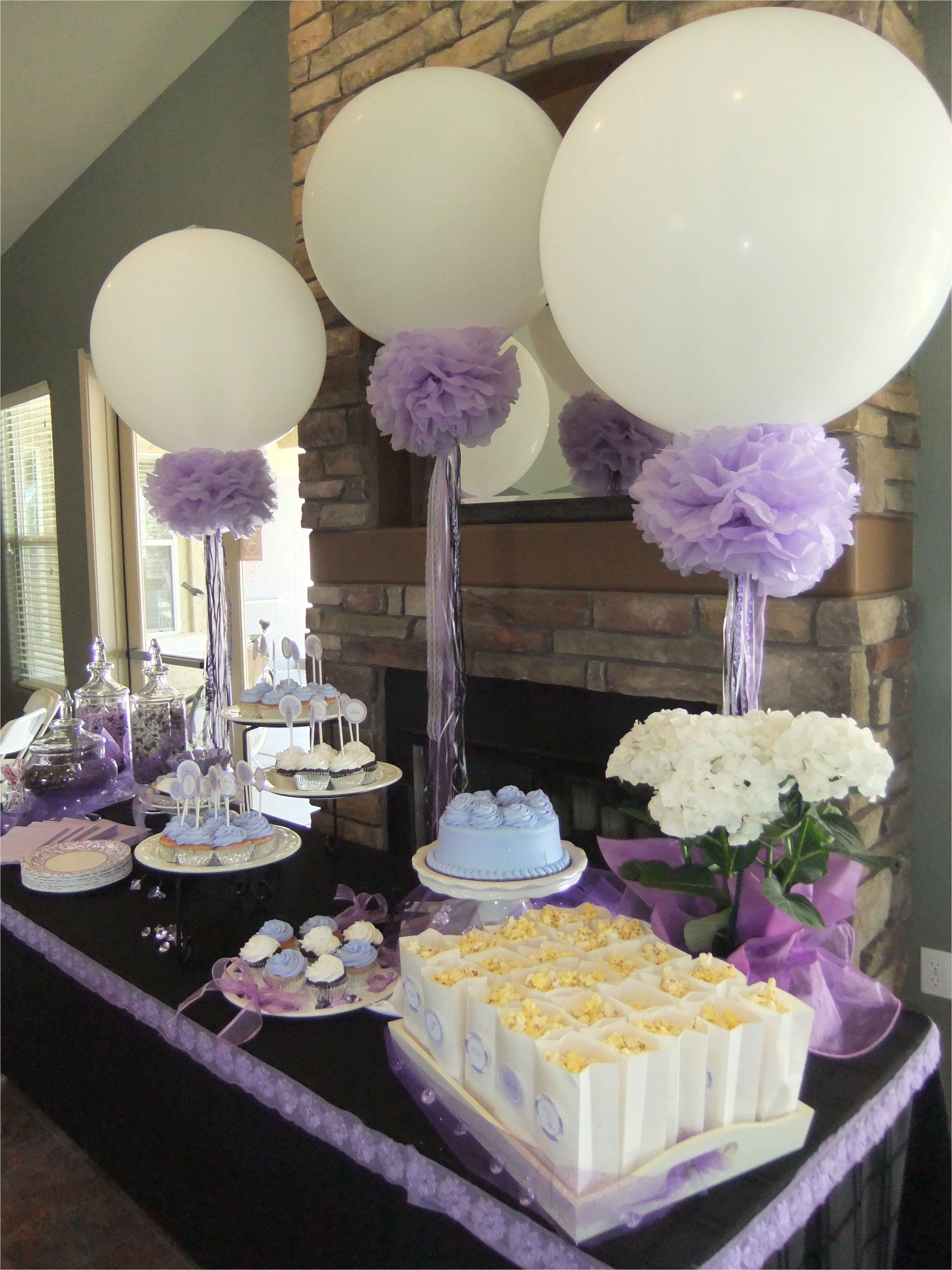 globos de 36 decorados con pompones como fondo de decoracia n de mesa de postres mesadepostres