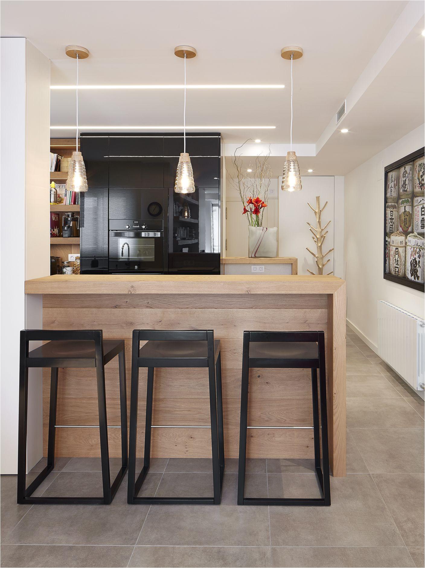 molins interiors arquitectura interior interiorismo decoracia n cocina loft barra negra negro porcelanico encimera deckton taburetes
