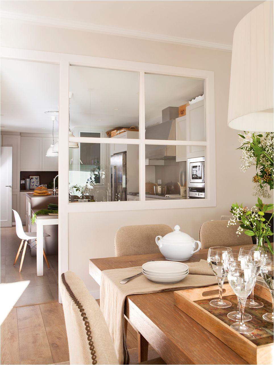cocina separada del comedor por vidrio de cuarterones