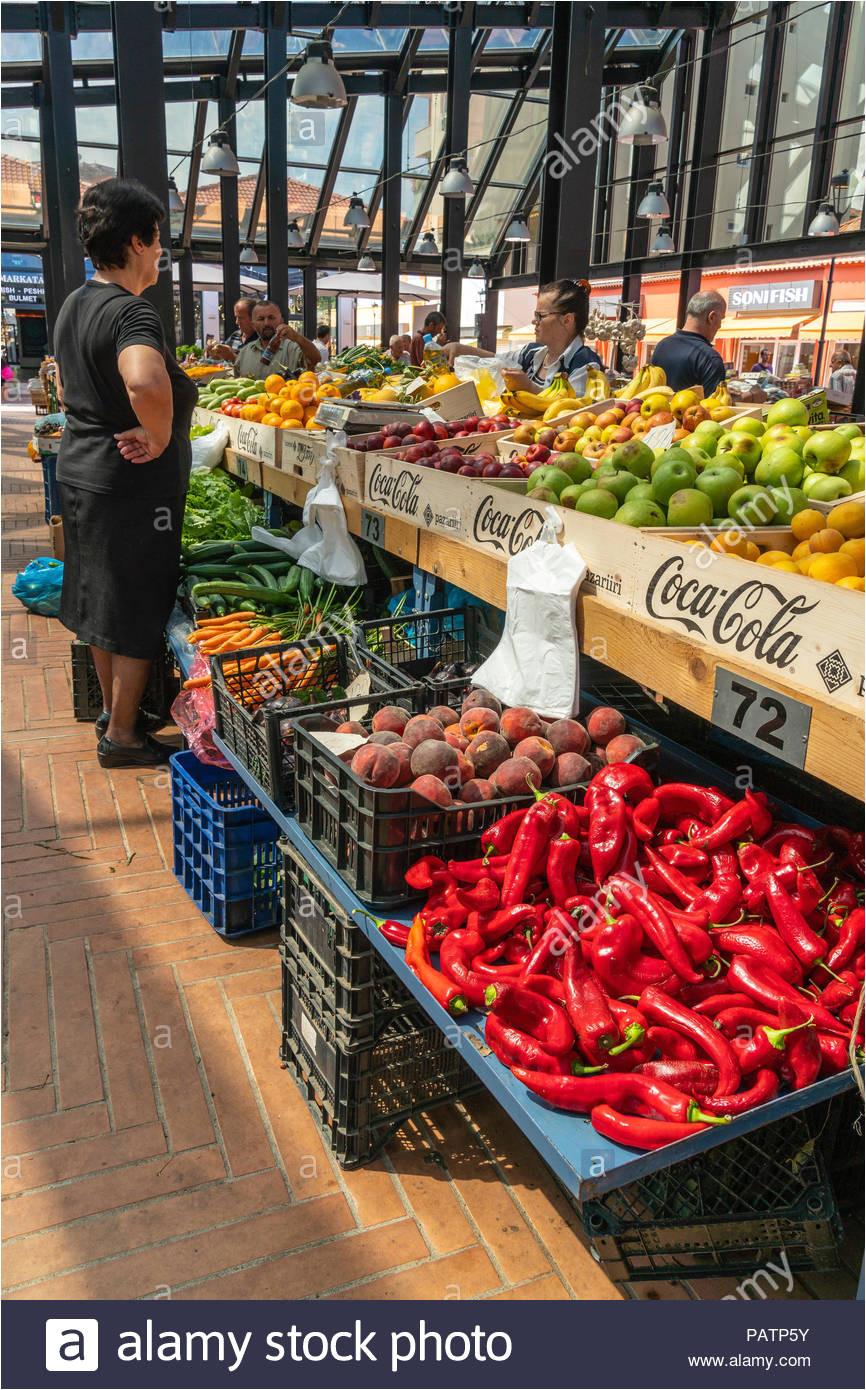 gemuse in der neu renovierten pazari i ri neue basar central market in