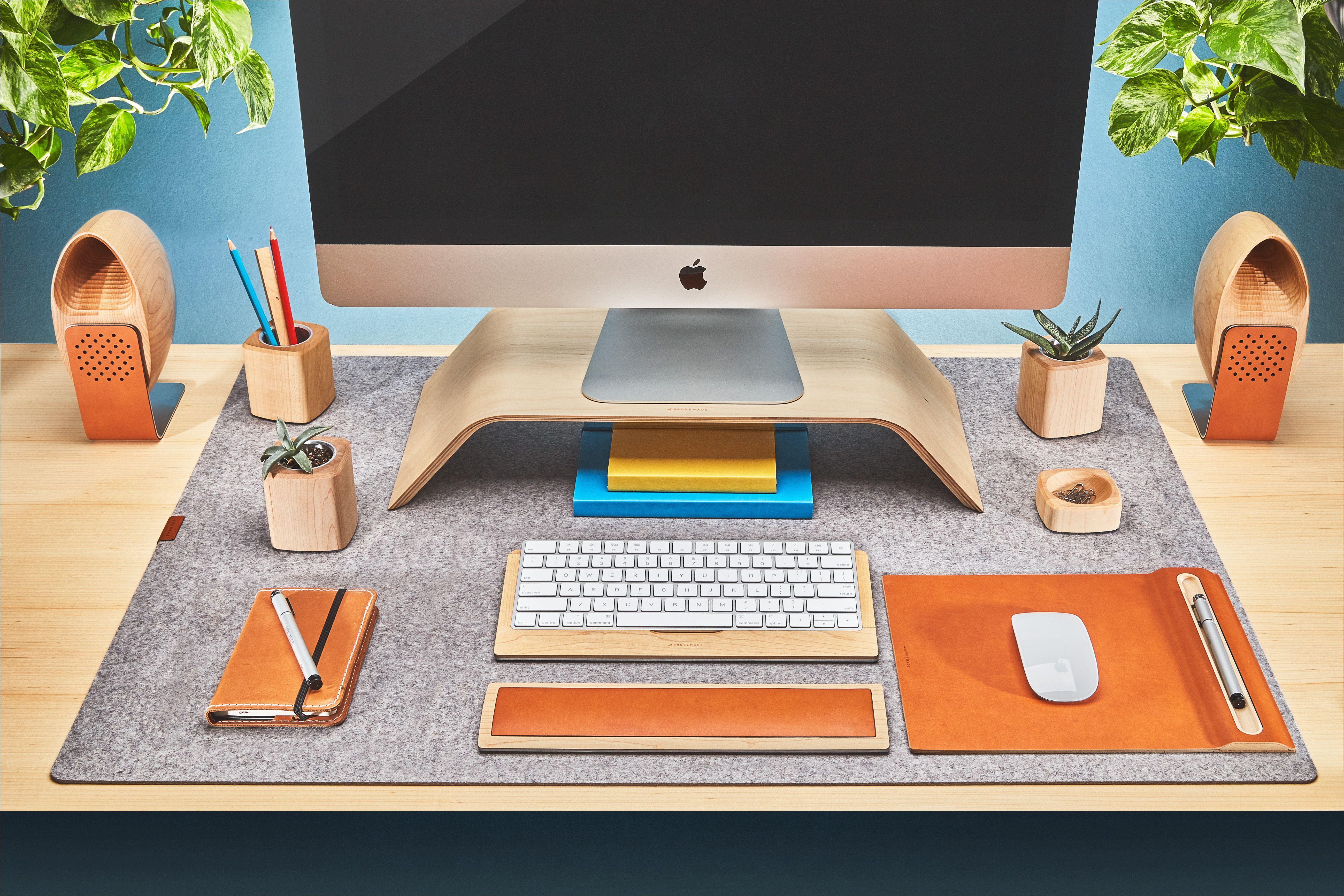 the wool felt desk pad in light grey