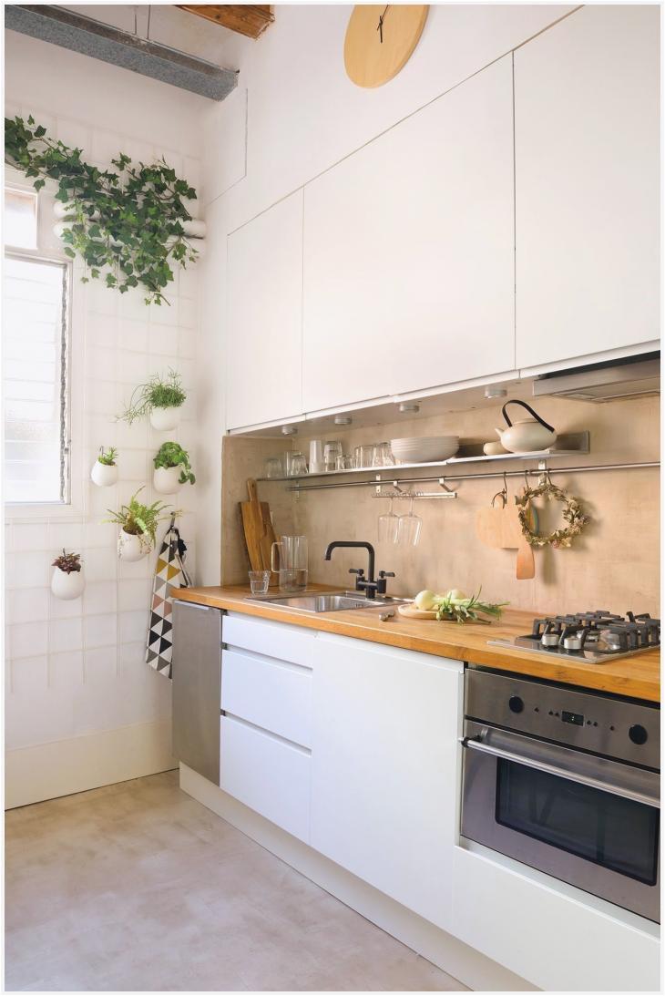 cocina pequea a blanca con muebles en un solo frente casasmodernasestrechas