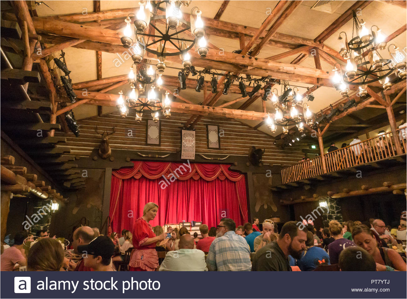 innenraum der pioneer halle am fort wilderness resort der heimat der hoope dee doo revue