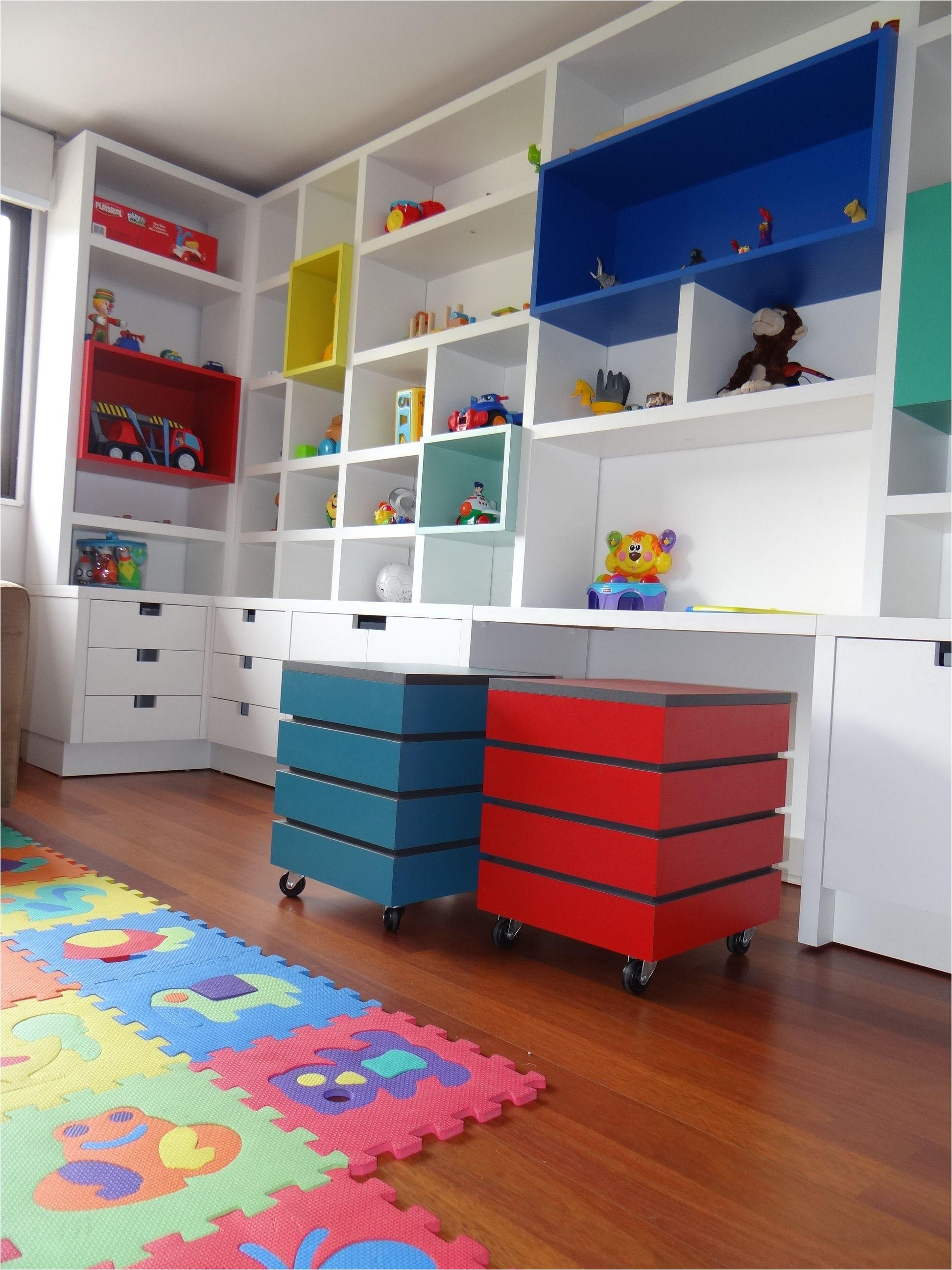 mueble biblioteca enchapado blanco con aplicaciones de cajones en colores fuertes sistemas de cajones