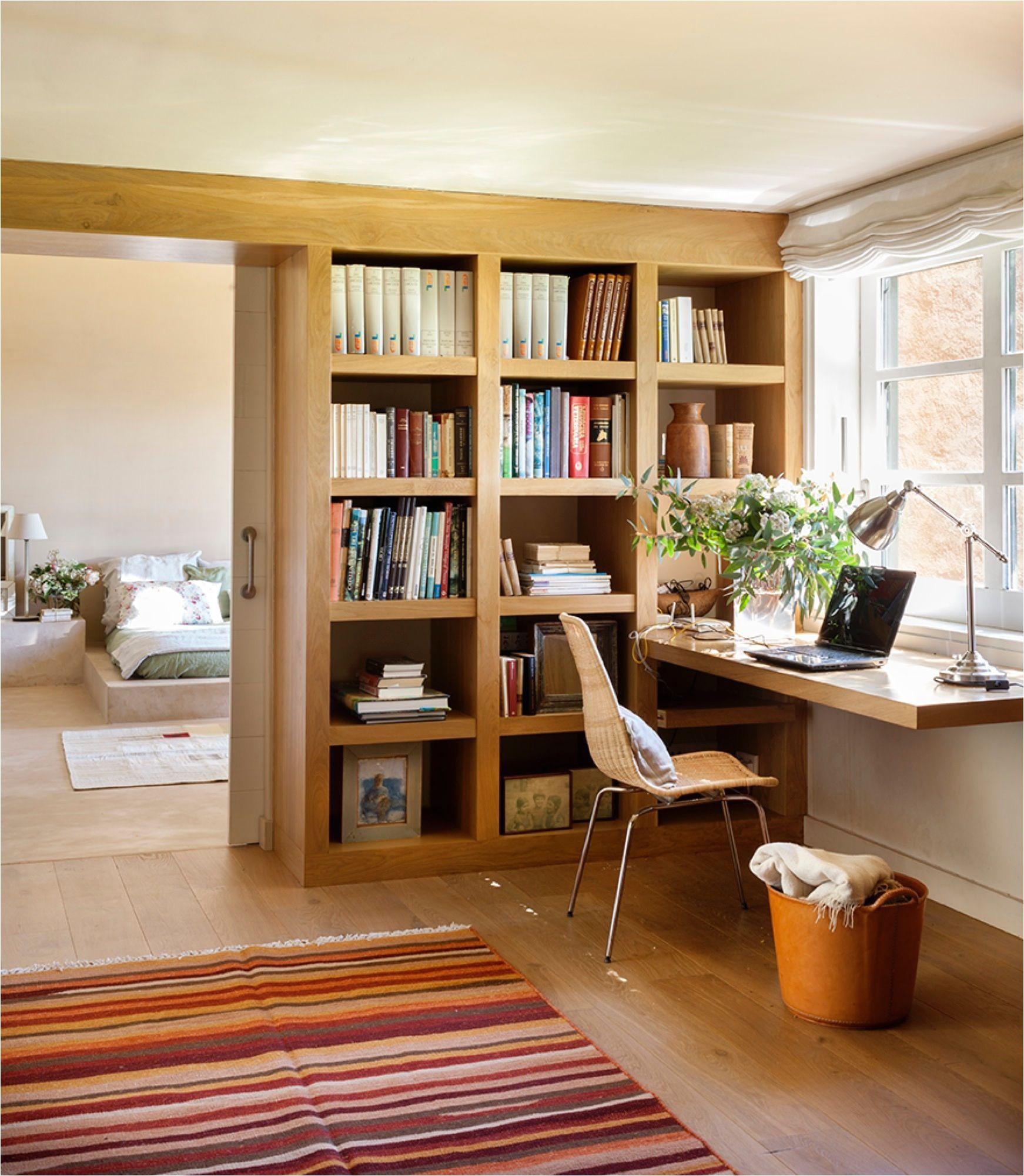 el estudio que se usa sobre todo en invierno es un calido refugio de roble y junto con el sala n la aonica estancia con suelo de madera