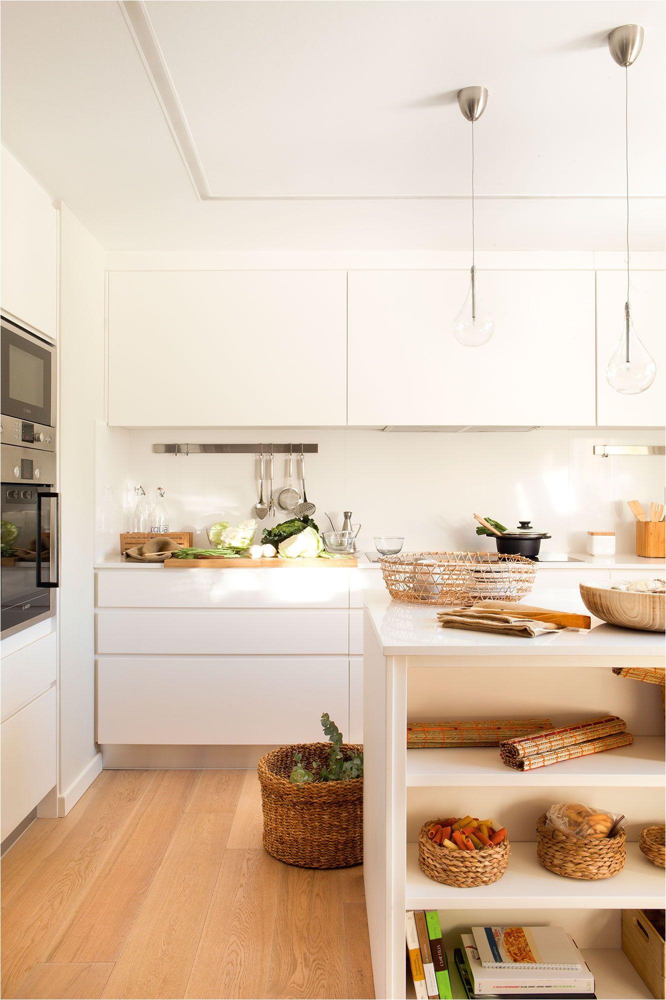 pera suelos para cocinas blancas con motivo de suntuoso cocina en blanco con isla central y suelo de madera concepto para suelos para cocinas blancas jpg