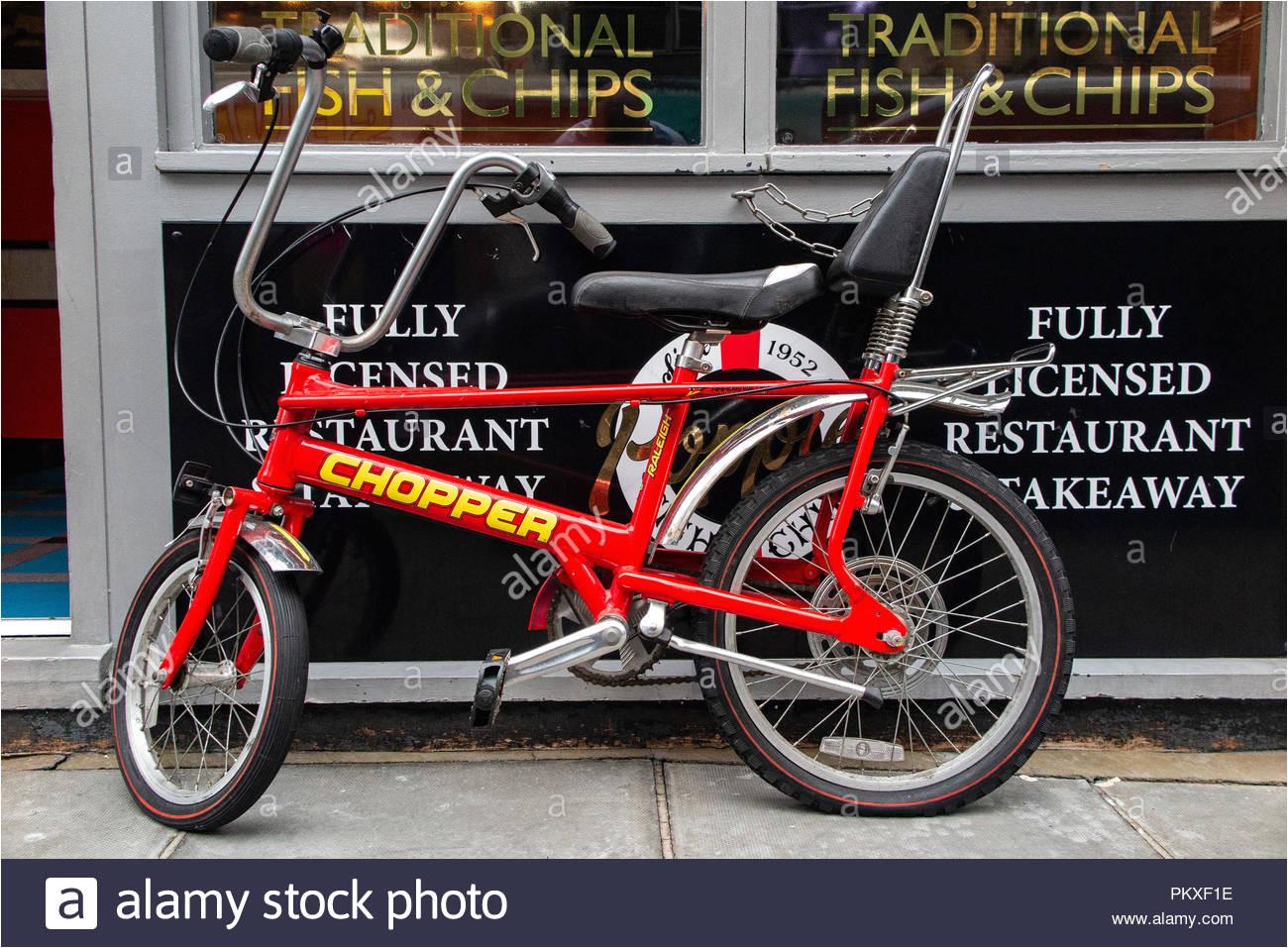 eine makellose raleigh chopper aua erhalb einer fisch und chip shop in londons soho geparkt stockbild