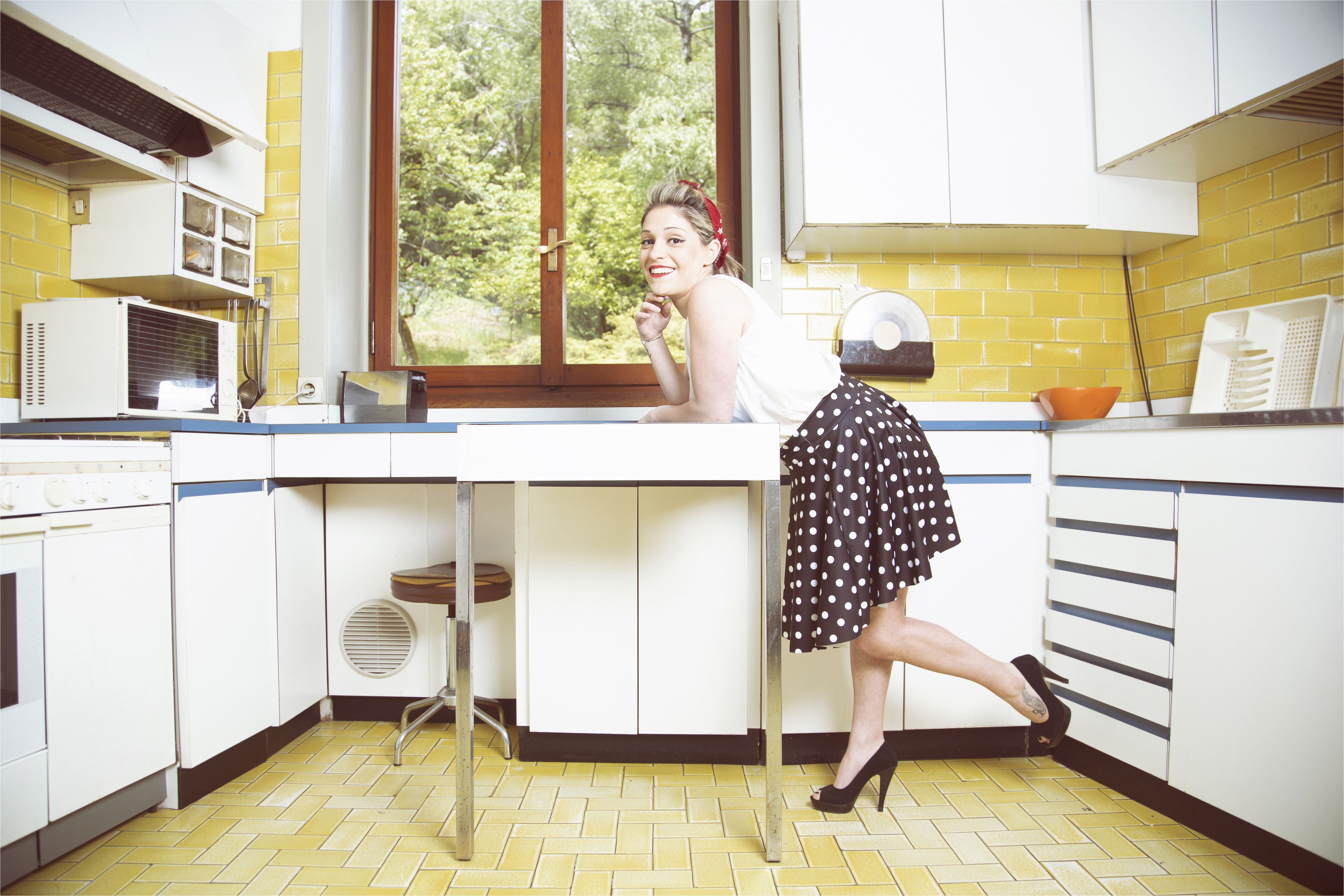 portrait of young woman in vintage clothes in vintage kitchen 507828505 5b1af2dd8023b9003678349e jpg