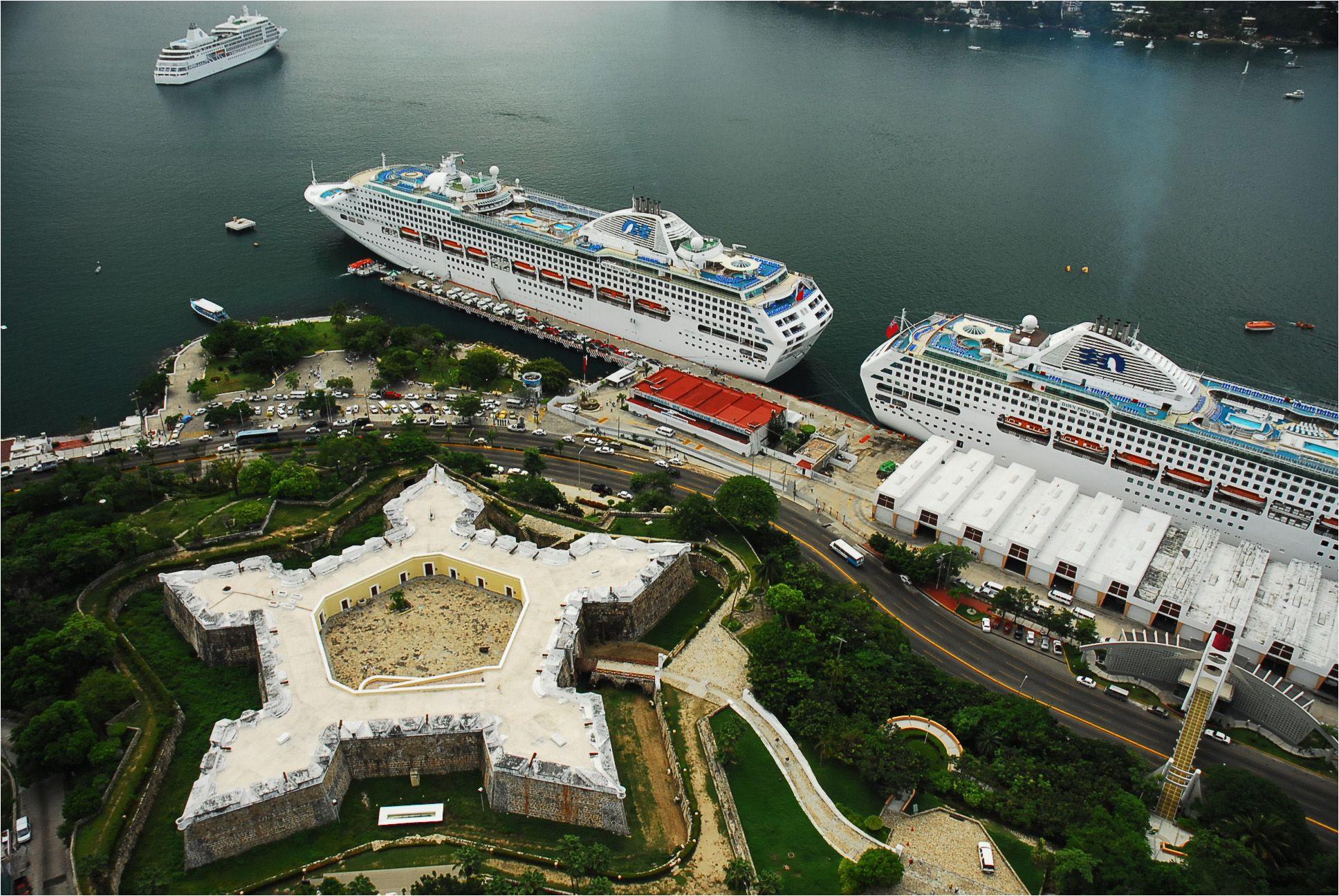 fuerte de san diego cruceros frente al fuerte de san diego cruise ships in front of san diego fort