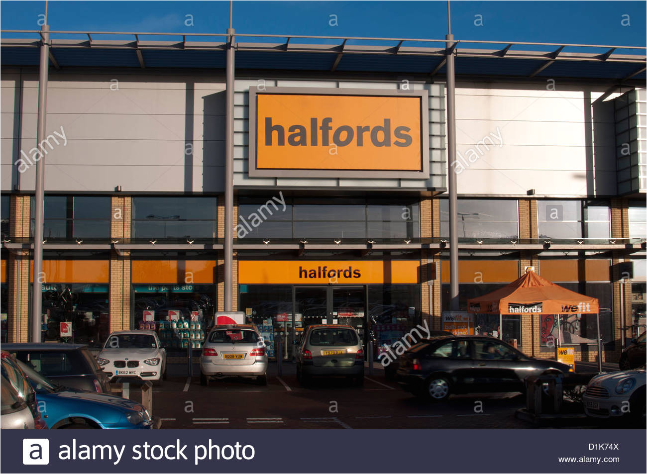 halfords store leamington shopping park leamington spa uk stock image