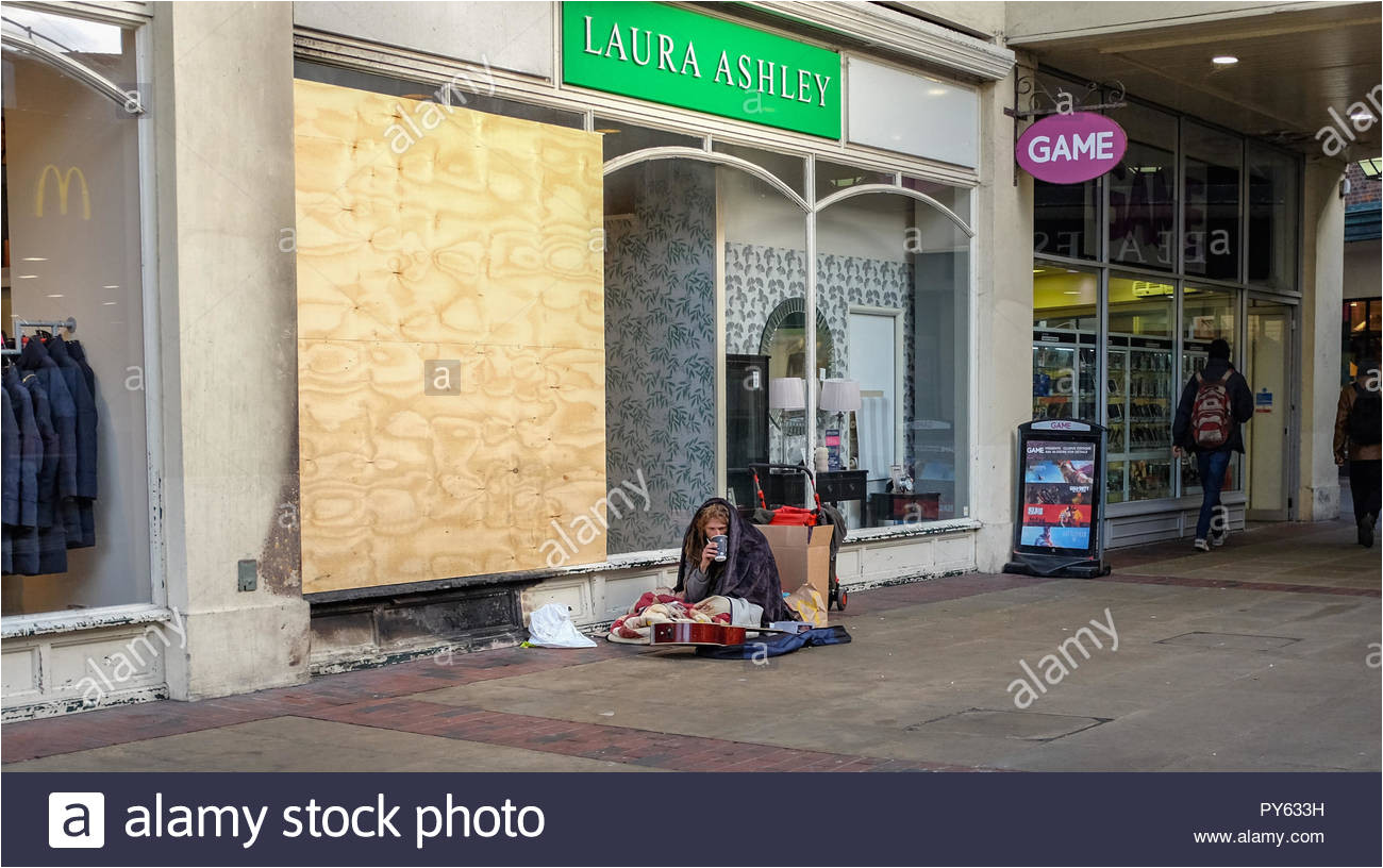 worthing west sussex views einzelhandel laura ashley fashion store mit verbrettert fenster und obdachlosen
