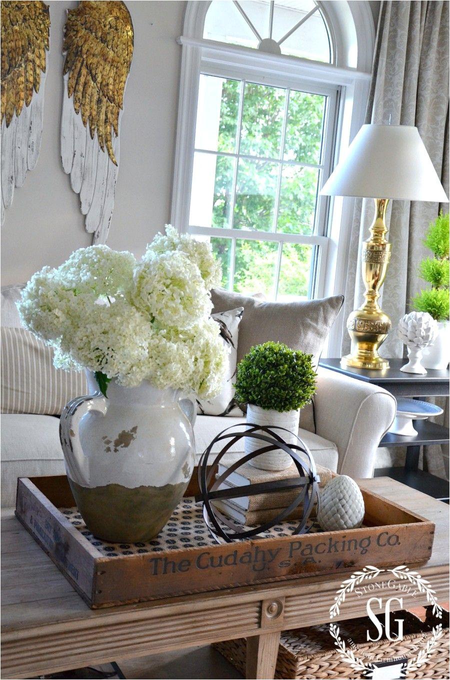 i love the idea of putting the coffee table decor on a wooden tray looks decoracia n de bandejadecoraciones rosadasdecoracion countrymesa