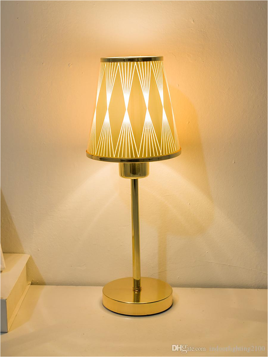 compre venta al por mayor de moda europa oro cortina pantalla led lamparas de mesa base de metal luces de noche lampara al lado de iluminacia n regalos de