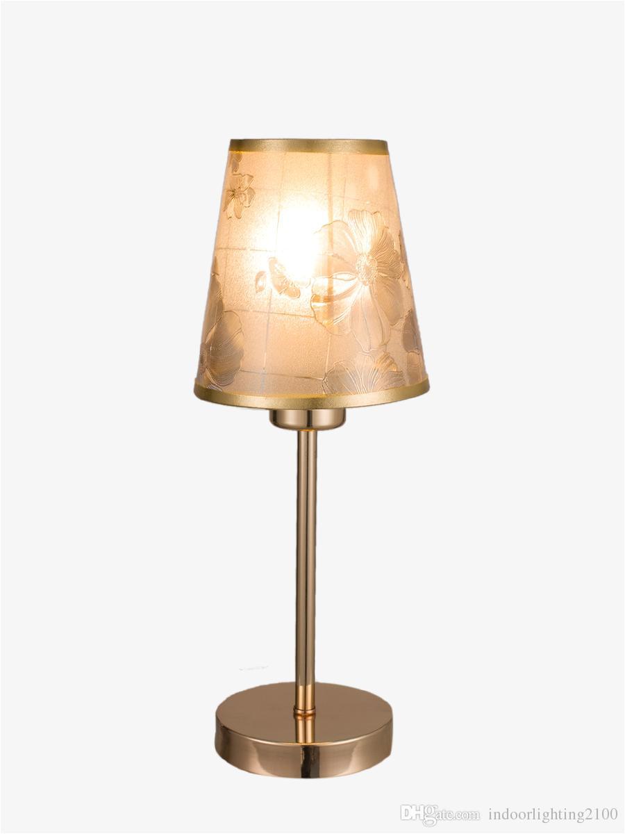 venta al por mayor moda europa flor de oro pantalla led lamparas de mesa base de