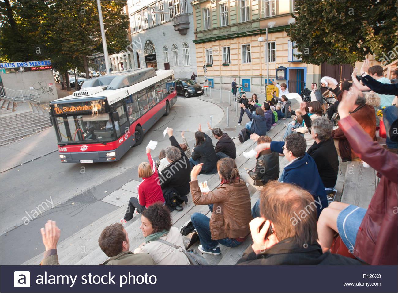 wien flashmob buswinken auf der revue tribune beim esterhazypark stockbild
