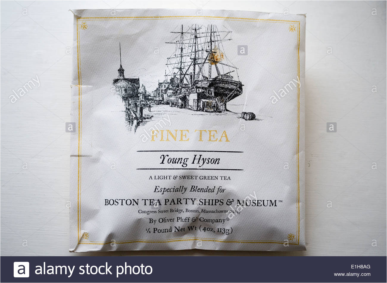 tee in einer souvenir tasche aus boston tea party museum stockbild