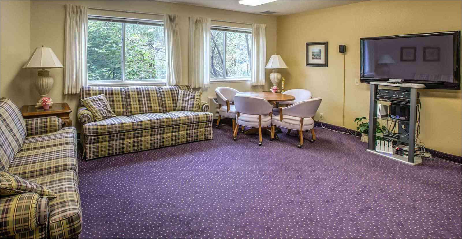 5023 beaverdale estates des moines ia tv lounge