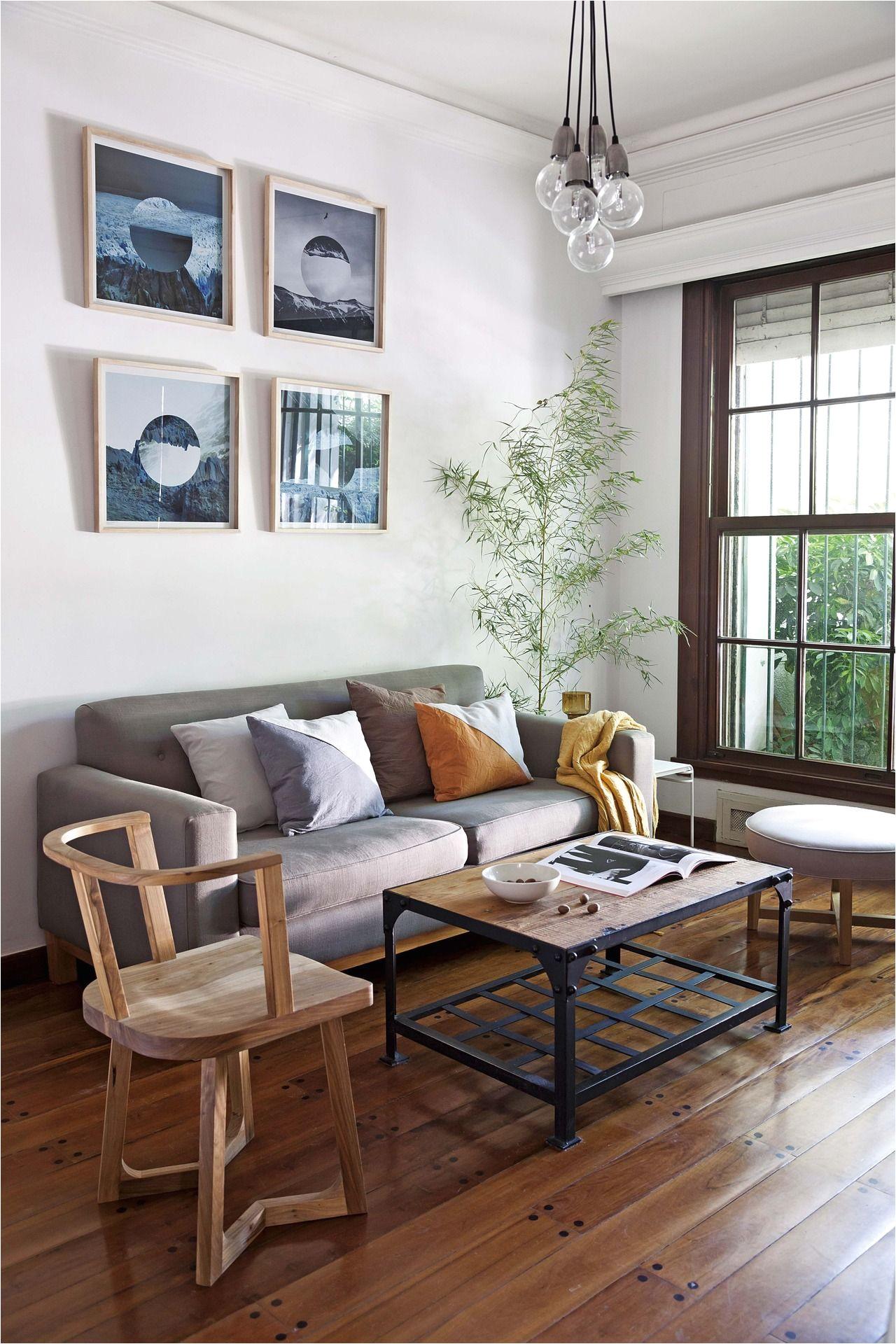 living moderno en un depto chico de un edificio ingles ambientado con muebles de madera y textiles naturales de los responsables del estudio pennsylvania