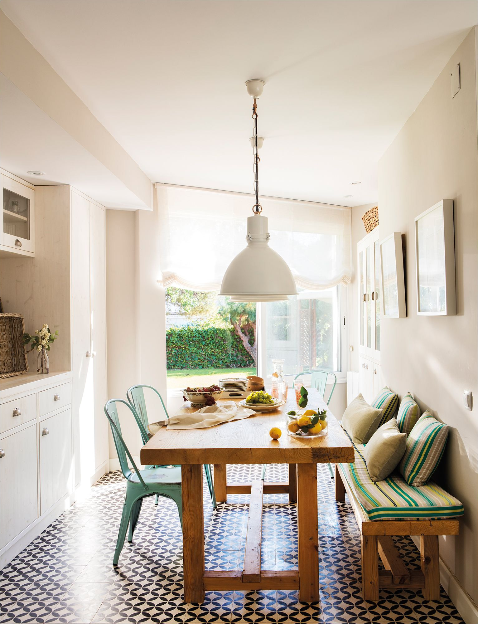 office abierto a la cocina en blanco con mesa de madera y banco y sillas tolix verdes 00442916
